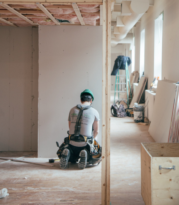 picture of a builder during taping and jointing work